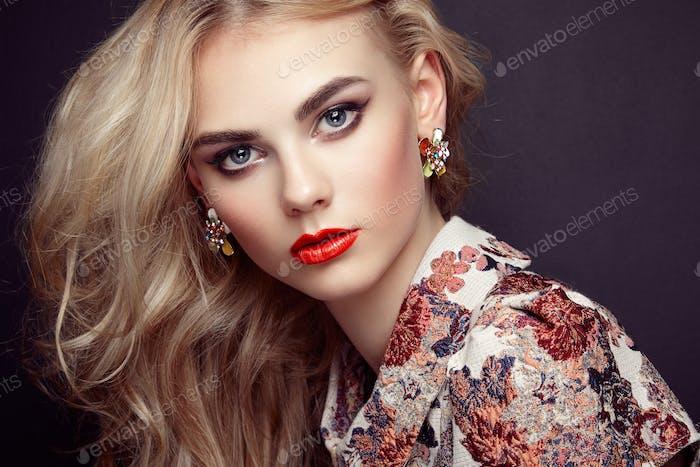 Porträt von schönen sinnlichen Frau mit eleganter Frisur