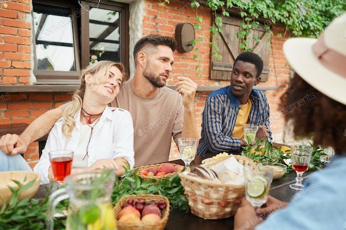 Группа друзей на ужине