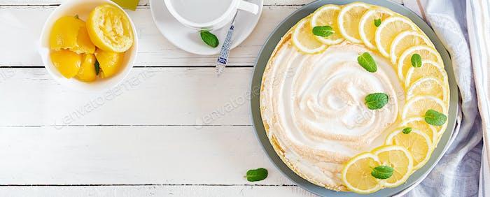 Torte mit Zitronenquark und Baiser. Zitronenkuchen. Amerikanische Küche
