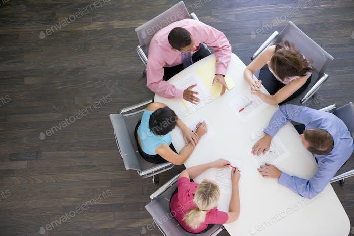Пять бизнесменов за столом заседаний