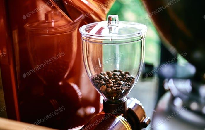 Nahansicht der Kaffeemühle in einem Café
