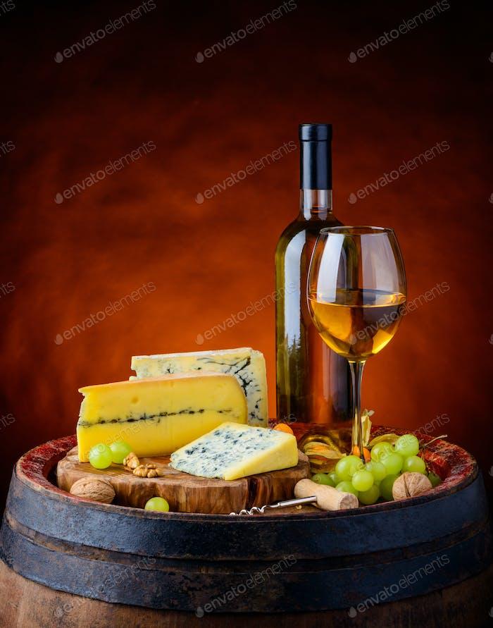 Weißwein und Gorgonzola Blauschimmelkäse
