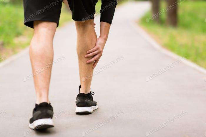 Wadensport-Muskelverletzung Läufer mit Muskelschmerzen im Bein