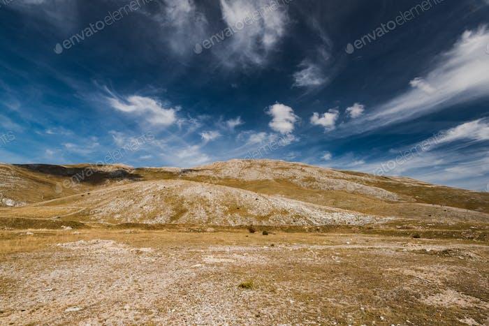 Horizont und blauer Himmel in der ländlichen Bosnien-Steppe
