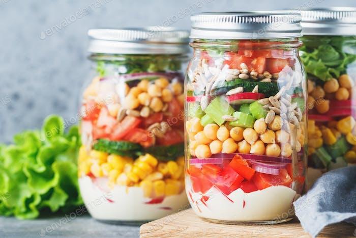 Gläser mit Schichtsalat
