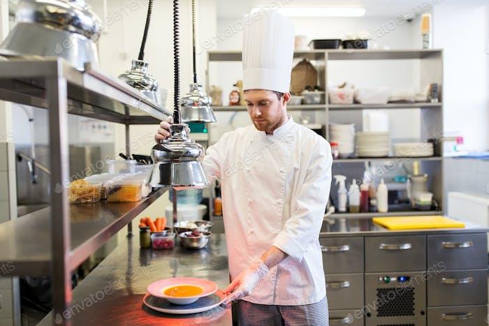 glücklicher männlicher Koch Kochen Essen im Restaurant Küche