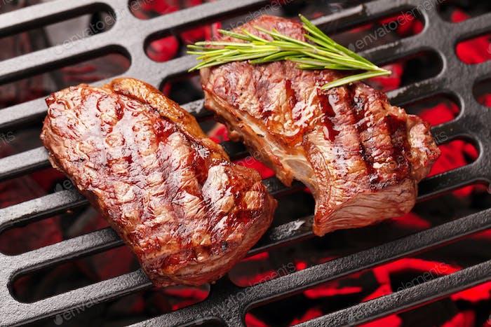 Rindfleischsteaks kochen auf dem Grill
