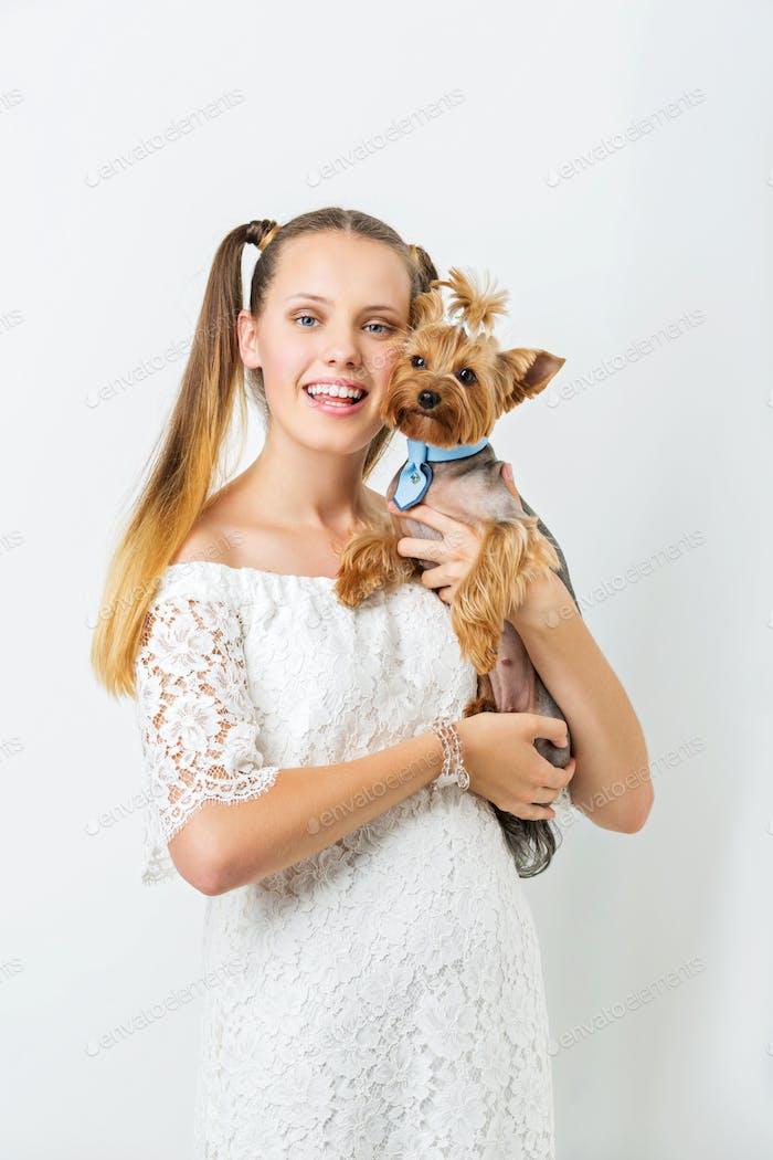 Mädchen mit Yorkie Hund