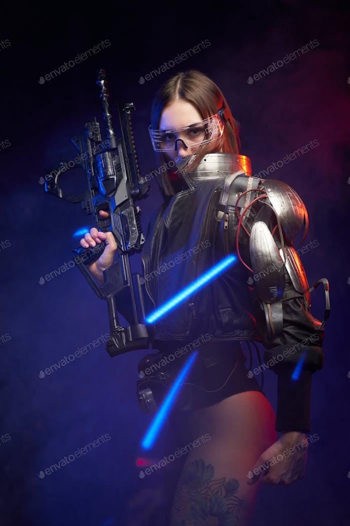 Porträt einer Söldnerin mit Gewehr im dunklen Hintergrund mit Lichtern