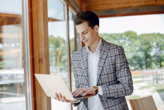 Hübscher Geschäftsmann arbeitet im Büro
