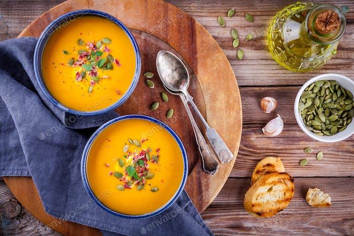 hausgemachte Herbst Butternut Kürbissuppe mit Kürbiskernen, Speck und Basilikum