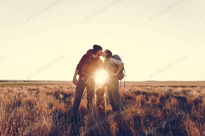 Paar gemeinsam wandern in der Wildnis