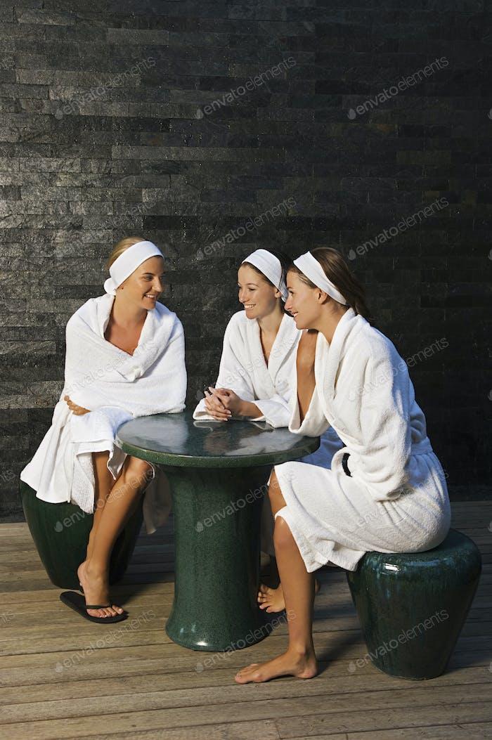Tres mujeres sentadas en un balneario