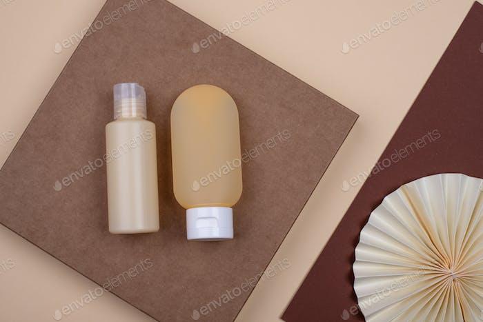 Leere Kosmetikröhre mit Papierdekoration