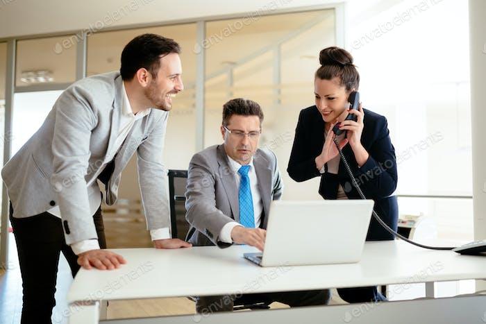 Sekretäre unterstützen Chef im Geschäft