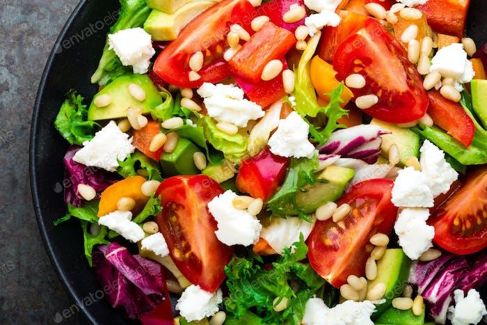 Gemüsegericht, Salat mit Avocado, Pfeffer, Tomate, italienische Mischung, frischer Salat, Feta-Käse