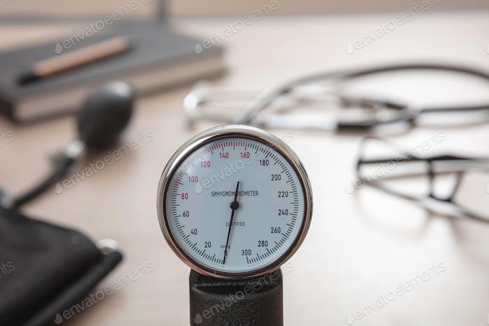 Estetoscopio médico y esfigmomanómetro sobre fondo de madera