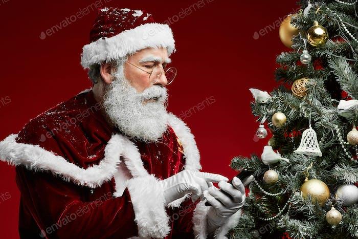 Weihnachtsmann telefoniert