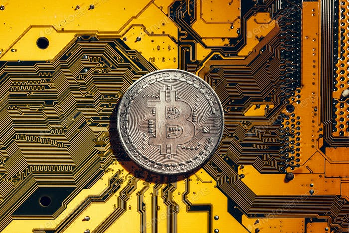 Bitcoin dorado y chip de ordenador en segundo plano