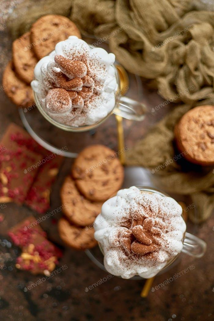 Süßes Dessert serviert. Heiße Schokolade mit Schlagsahne und Keksen