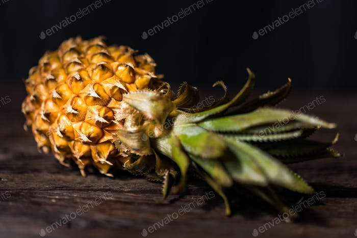 Ananas auf dunklem Holzhintergrund