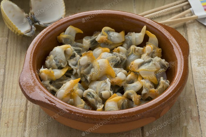 Cooked common cockles as a snack