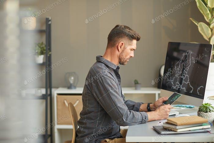 Diseñador gráfico en el trabajo