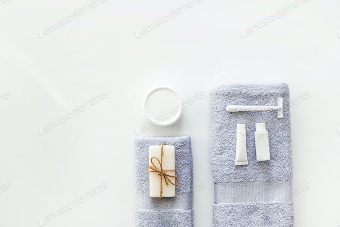 Körper- und Hautpflegepflegeartikel Spa-Accessoires, auf weißem Hintergrund. Flach liegend. Leerzeichen kopieren