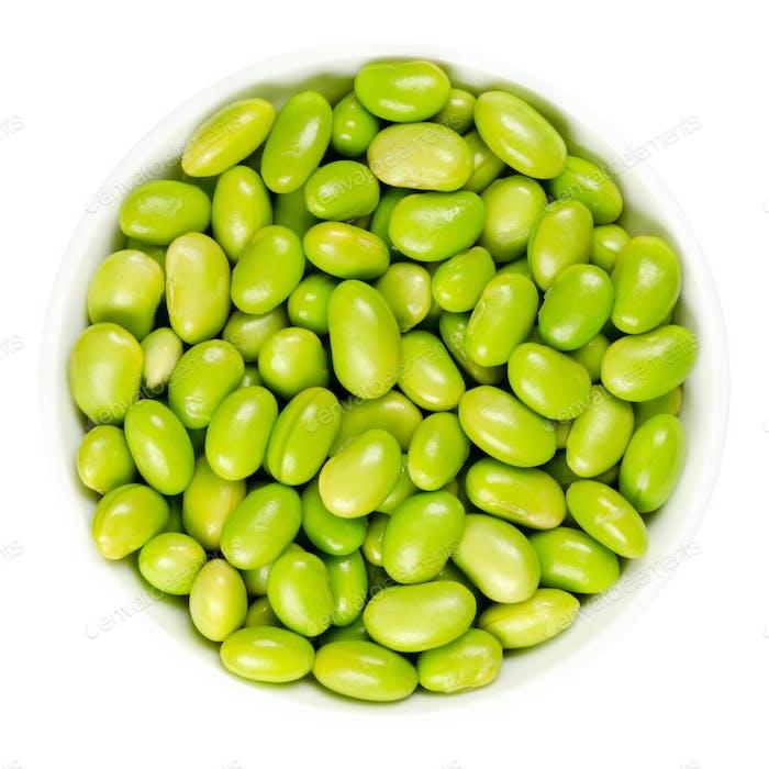 Edamame. Grüne Sojabohnen in weißer Schüssel