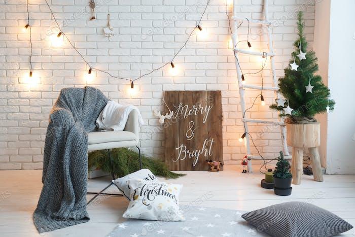 Winter-Wohnkultur. Weihnachtsbaum im Loft-Innenraum gegen Ziegelmauer. Ol