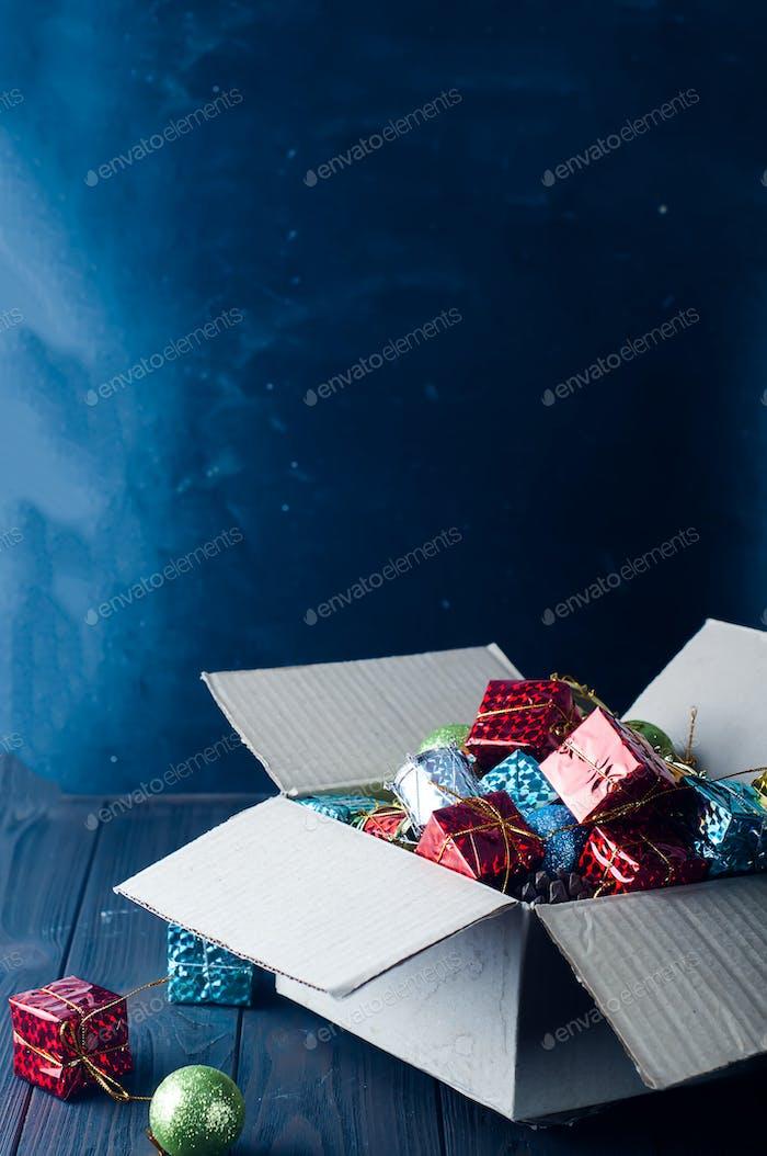 Sammlung von verschiedenen Weihnachtsdekorationen, in Pappschachtel gelegt