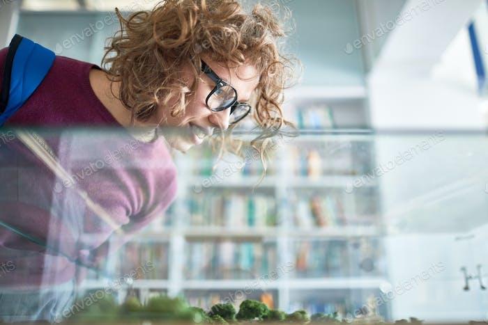 Weibliche Studentin an der college Bibliothek