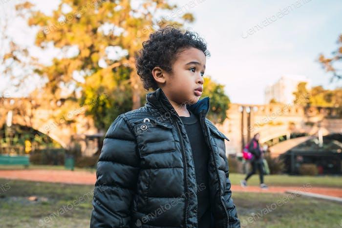 Chico afroamericano en el parque.