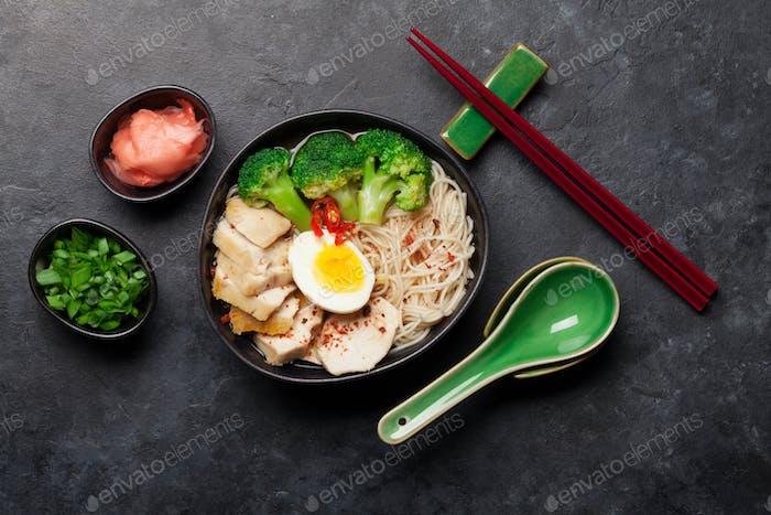 Asiatische Nudel-Ramen Suppe