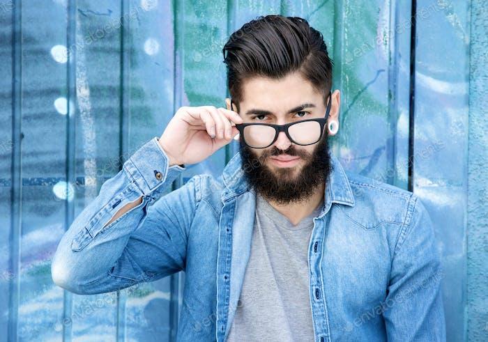 Hombre Moderno con barba y gafas