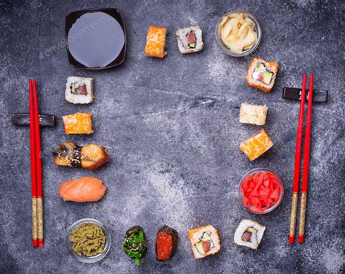 Sushi und Roll Set auf schwarzem Tisch