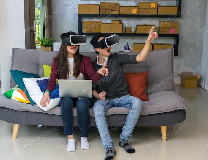 Asiático joven y mujer en ropa casual llevar las gafas de realidad virtual