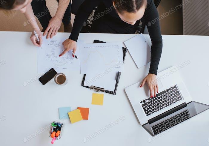 Business-Team arbeitet an einem neuen Plan mit Laptop