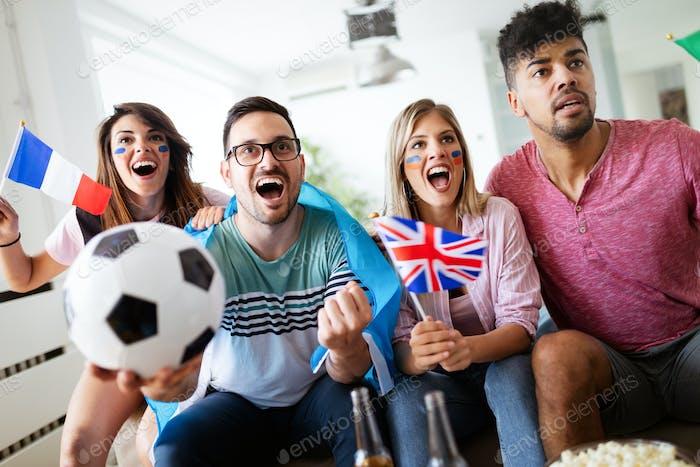 Группа многоэтнических людей празднует футбольный матч