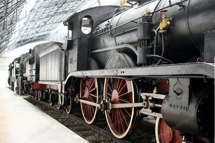 Thumbnail for Alte Lokomotive steht am Bahnhof