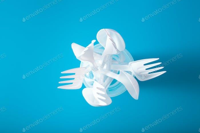 Einmalgebrauch Plastikbecher, Gabeln, Löffel. Konzept des Recyclings pla