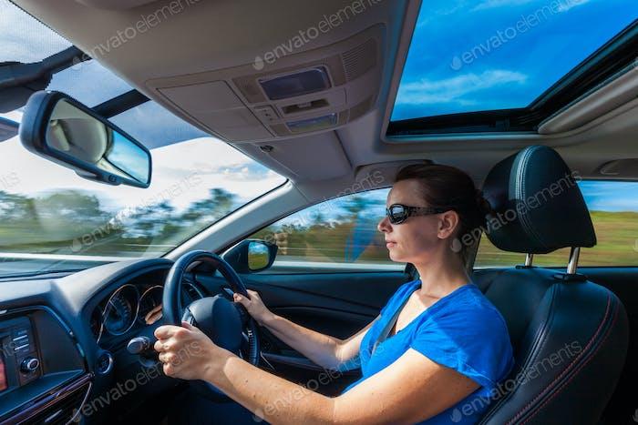 Ihre Frau fahren Luxus-Auto auf der Autobahn
