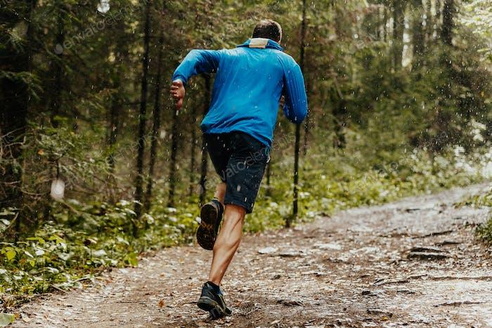Мускульный мужской бегун