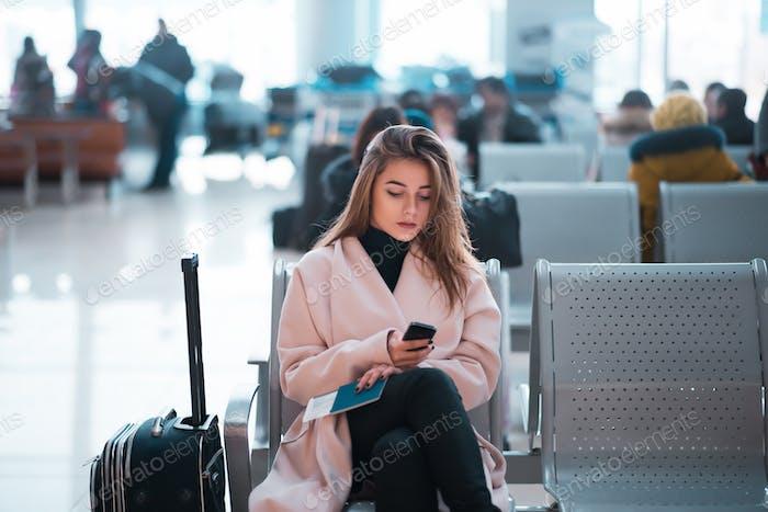 Mujer Negocios del aeropuerto esperando en la terminal.