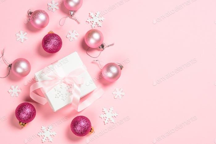 Weihnachten flach lag Hintergrund mit Weihnachtsgeschenk und Dekorationen auf rosa