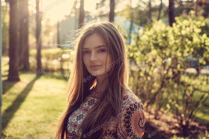 Una chica en un parque de otoño.