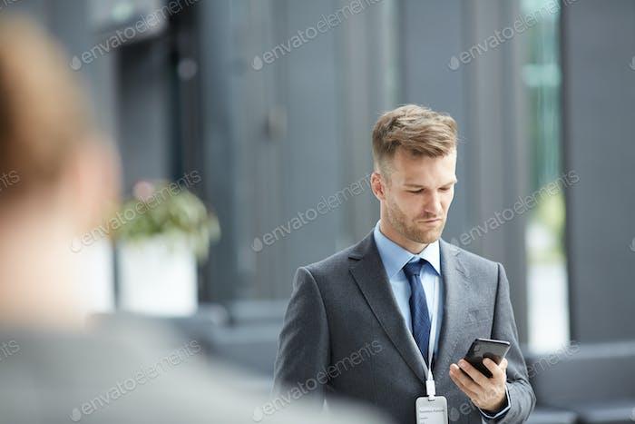 Business-Forum Sprecher überprüfen Telefon