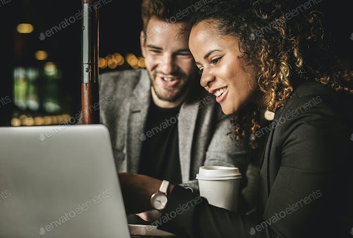 Geschäftspartner arbeiten in einem Café zusammen