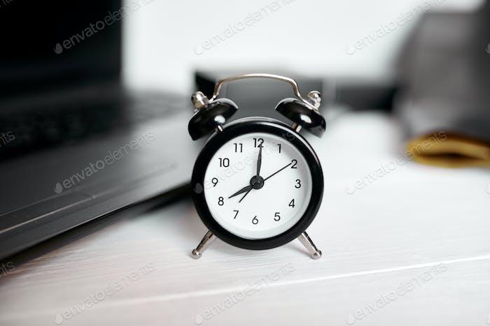 Концепция управления временем, офисное рабочее место, ноутбук, компьютер
