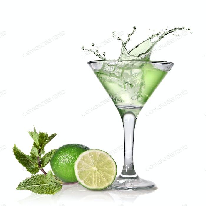 Grüner Alkoholcocktail mit Spritzer, Limette und Minze isoliert auf wh